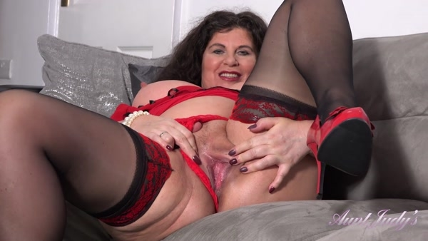 Gilly - Housewife Gilly Puts On A Show For You (FullHD 1080p)