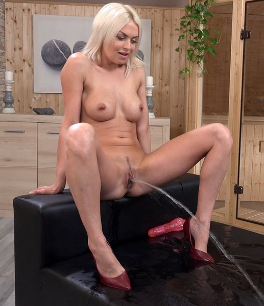 Lena Love - Posing and Pissing - Like a Fine Wine (4K 2160p)