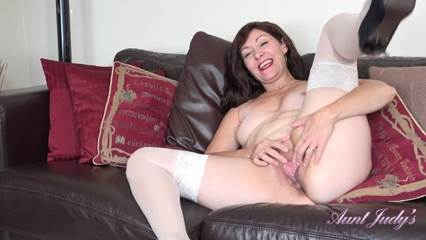 Kitty - Bored Housewife Kitty Seduces You Away From The TV (2020 / FullHD 1080p)