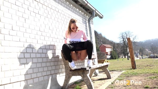 Her non-standard look to pee right from the bench! (FullHD 1080p)