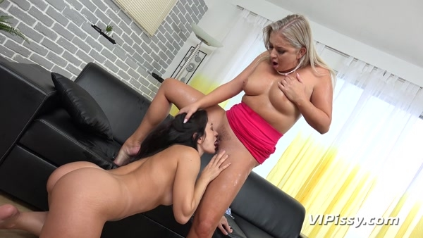 Valentina Bianco and Cayla Lyons - Pissing In Mouth - Frenzied Lesbian Pissing (2020 / FullHD 1080p)