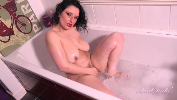 Jasmine - Solo Masturbation - Seducing Auntie Jasmine In The Bathtub (2020 / FullHD 1080р)