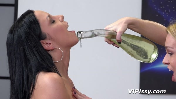 Julia Parker and Rebeca - Piss In Mouth - Filling It Up (2020 / FullHD 1080p)