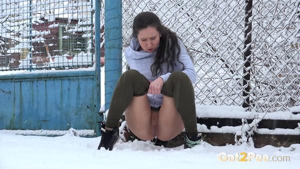 Lara - She urgently needs to pee (FullHD 1080p)