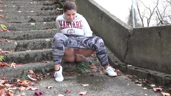 Quick and messy pissing on the steps (FullHD 1080p)