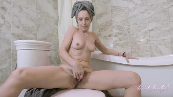 Gerda - Solo Posing and Masturbation - Gets Naughty In The Bath (2020 / FullHD 1080p)