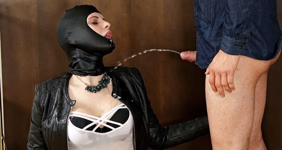 Masked Jessica receives a golden shower