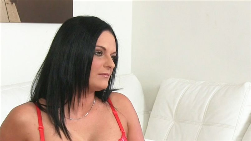 Horny mature amateur shows off her fucking skills