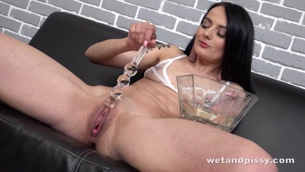 Maddi Black - Piss Play and Masturbation - Straight streams ~ 2021 / 4k 2160p