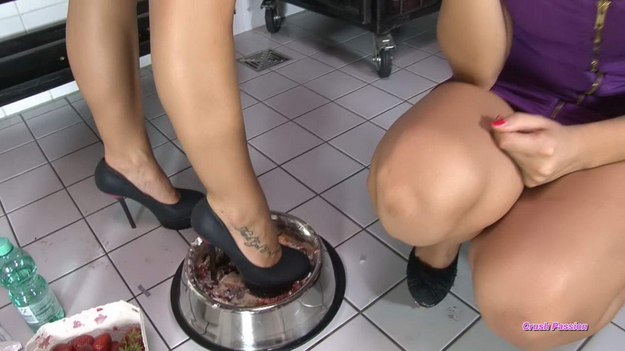Girls eating pussy cum