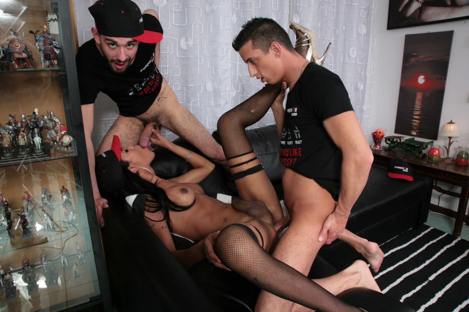 Latina_Tgirl_Priscylla_Modella_Enjoys_Two_Cocks_In_Steamy_Threesome1_3777-by-am.jpg