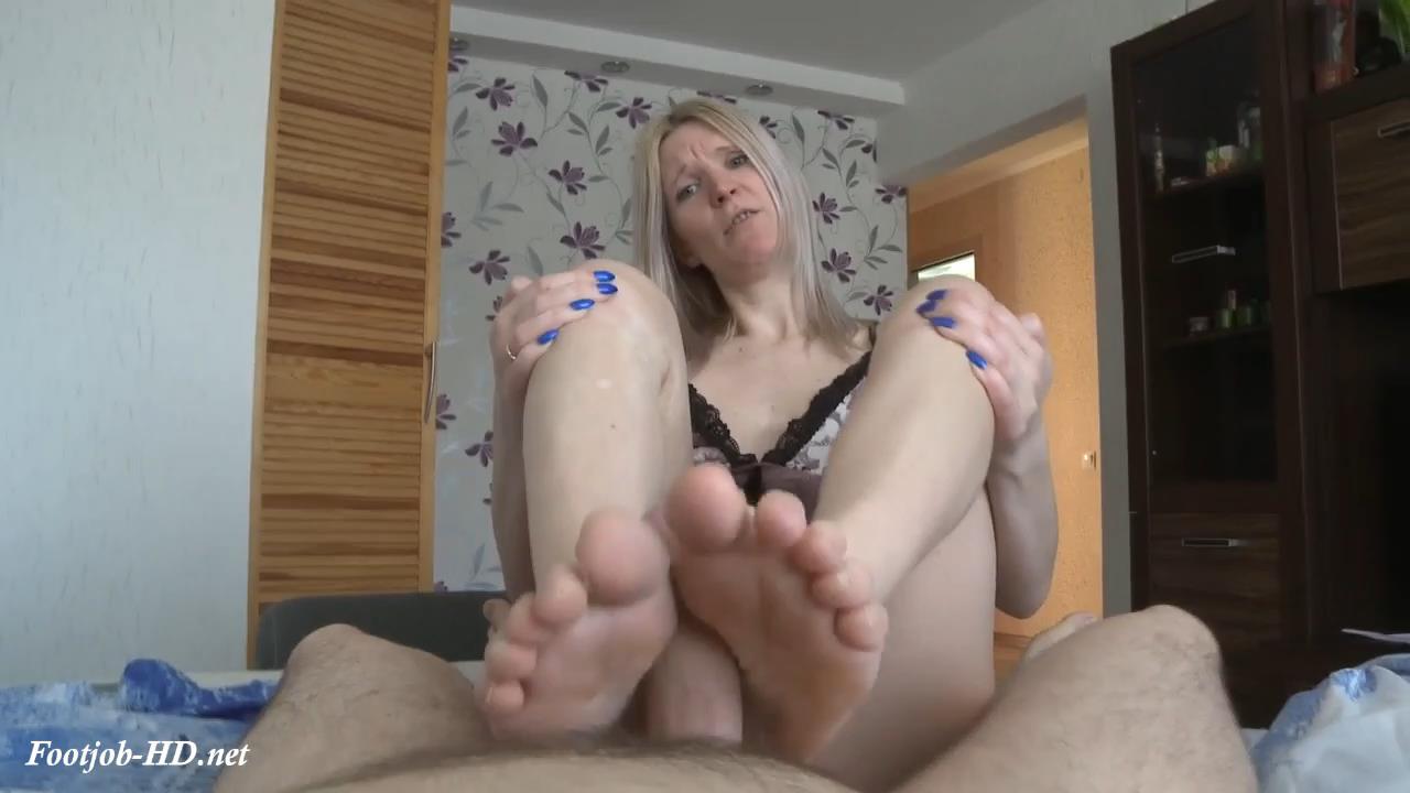 Cum_on_mommies_feet_-_lilcharlotte.jpg