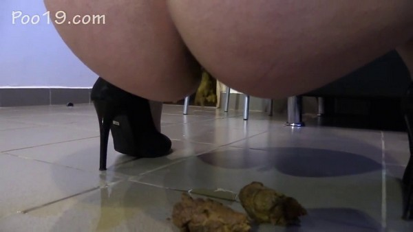 MilanaSmelly - Doggy liking girl`s Shit (2018 / HD 720p)