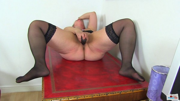 Shooting Star - Chubby milf Shooting Star from the UK looks hot in her black outfit and even hotter when she fucks her plump fanny with a black dildo (2019 / HD 720p)