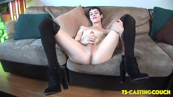 Carrie Emberlyn - Stunning Carrie Emberlyn Makes Her Case! (HD 720p)
