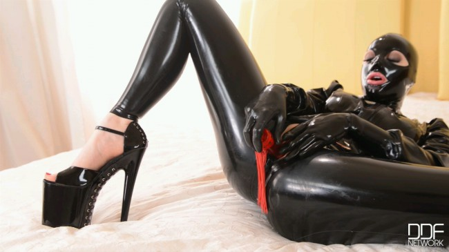 Feel The Attraction - Latex Lucy