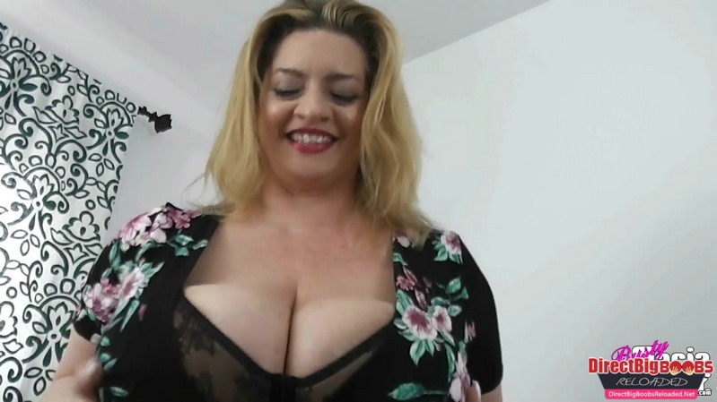 [ManyVids] Maria Moore – Stroke It For My Pantyhose – FullHD 1080p