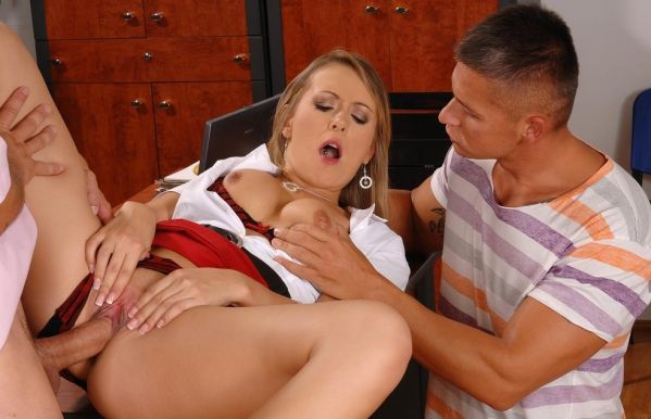 Sweet babe Violetta double penetrated until her