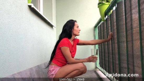 Pissmania Lexi Dona – Balcony Pee (2020)