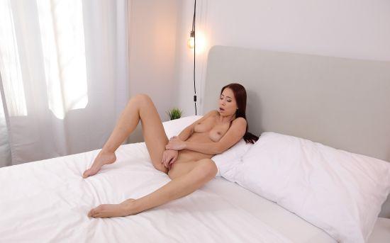 Babe masturbates to warm up Gear vr