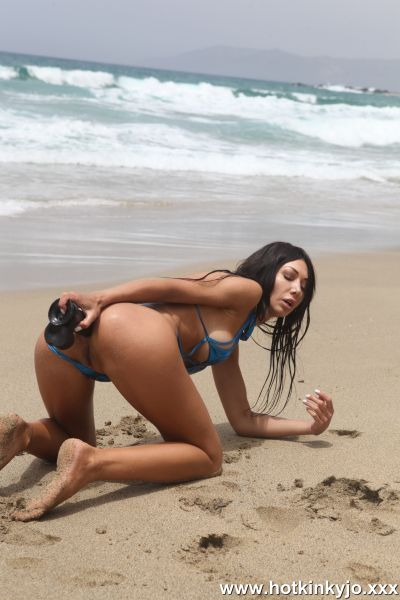Hotkinkyjo - Hotkinkyjo.XXX - Hotkinkyjo deep dildo fuck and belly bulge at the public beach (22.03.2020) (FullHD 1080p) [2020]