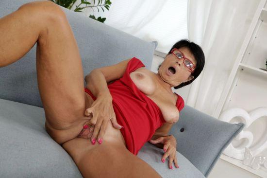 Marcela - Granny Masturbates Shaved Pussy Oculus Rift