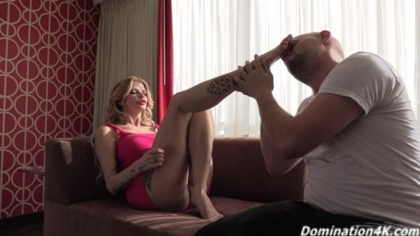 Joslyn James - Sucking on the stripper - Foot Worship