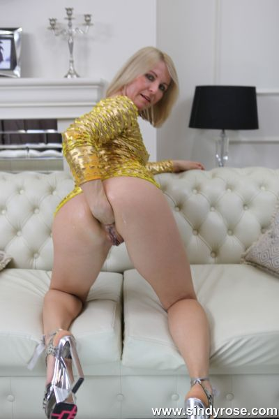 Sindy Rose - Sindy Rose in gold dress self fist her ass and push her prolapse out (10.10.2020) (FullHD/2020) by Anal Fisting