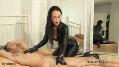 Chateau-Cuir – Bound leather executrix handjob