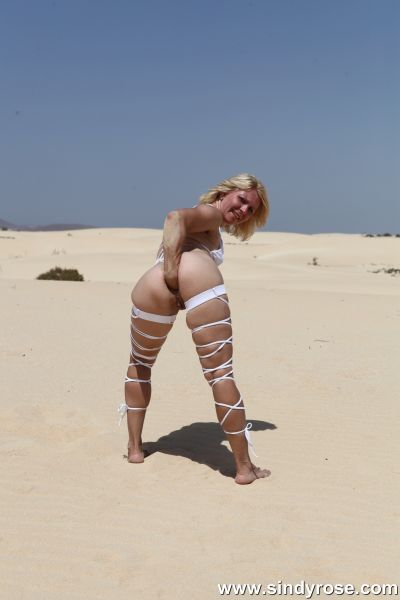 Sindy Rose - Anal Fisting - Sindy Rose in white strips fisting her ass & prolapse at the dunes (30.01.2021) (FullHD 1080p) [2021]