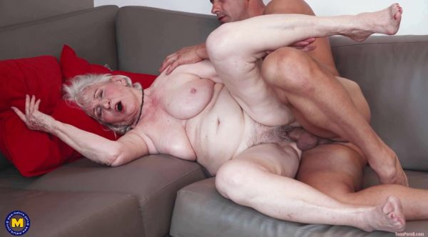 Maria  - Granny next door is washing up her muscled younger friend (28.05.2021) [HD 1064p] (Mature)
