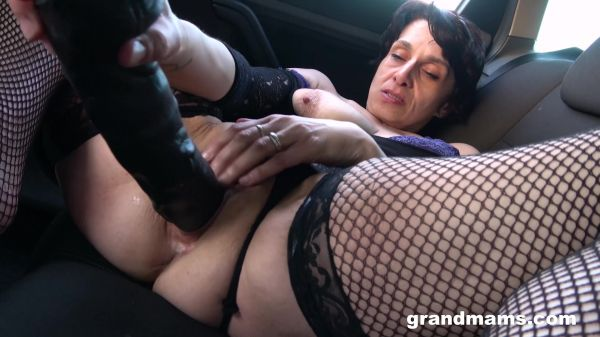 GrandMams - Mona fisting in her car (26.06.2021)  with Mona B (FullHD/1080p) [2021]