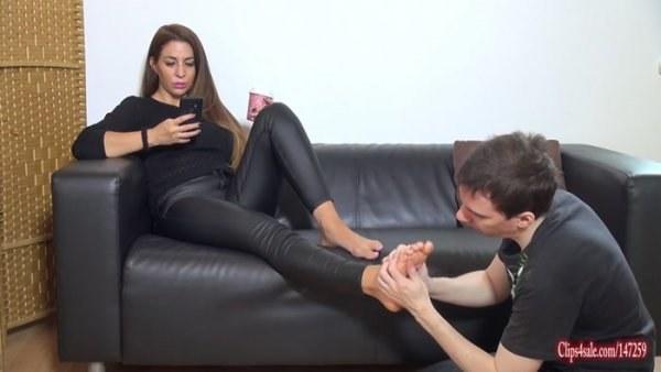 Goddess Zia - Lucky loser rubs Goddess feet - Foot worship