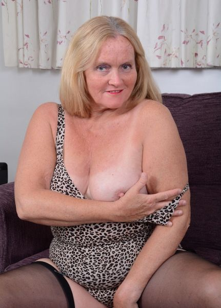 Mature lady with a shaved pussy, plays with a wooden spoon