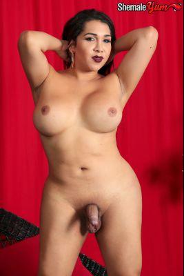 Shemaleyum_presents_Sexy_Curvy_Perla_Struts_Her_Stuff__-_24.12.2016.mp4.00001.jpg