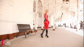 KARLOVY VARY LATEX GIRL/Lara Larsen