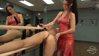 Kinky Mistresses – The Slave Girl in the Ballet Room