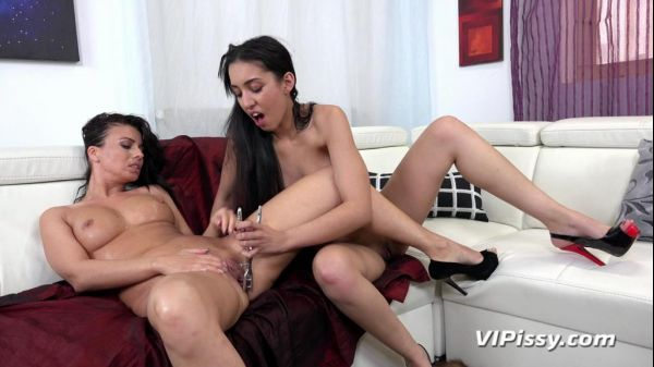 Time For A Shower - Amanda Estela, Vicky Love