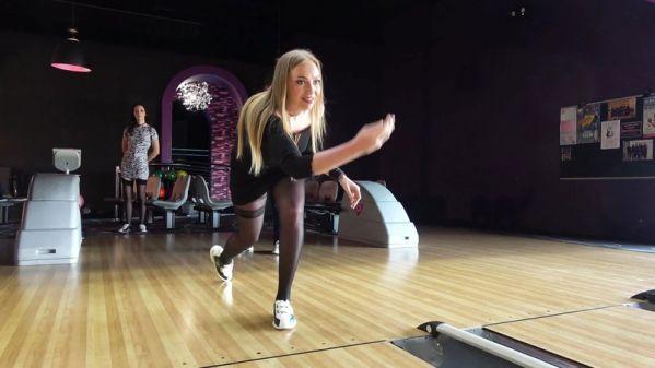 Liza, Gwen - Liza et Gwen, 27ans, s'amusent au bowling (22.02.2019) [FullHD 1080p] (JacquieetMichelTV)