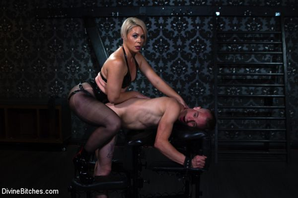 Helena Locke - Locked and Loaded: Helena Locke drives Jessie Sparkles to the edge (26.03.2019) [HD 720p] (DivineBitches)