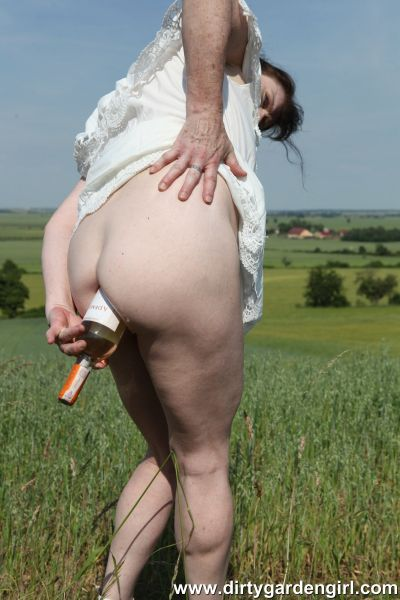 DirtyGardenGirl - DirtyGardenGirl - Bottle in the ass at the field (18.04.2019) [FullHD 1080p]