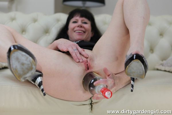 Dirtygardengirl - Dirtygardengirl fucking her ruined ass with wine bottle & prolapse (10.10.2019) [FullHD 1080p] (Dirtygardengirl)