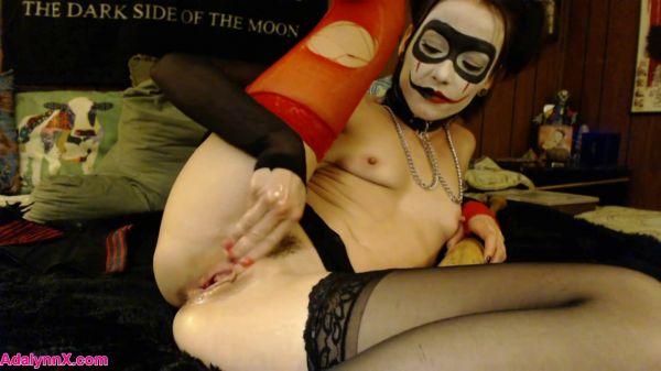 AdalynnX - harley quinn cosplay fun Halloween special [FullHD 1080p] (Dildo, Fisting)