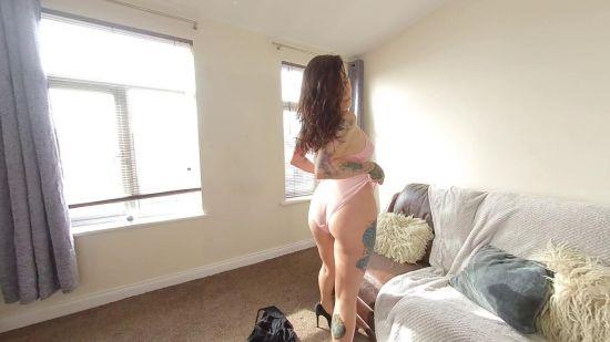 British Alt Model Enjoys a Daytime Strip Oculus Rift
